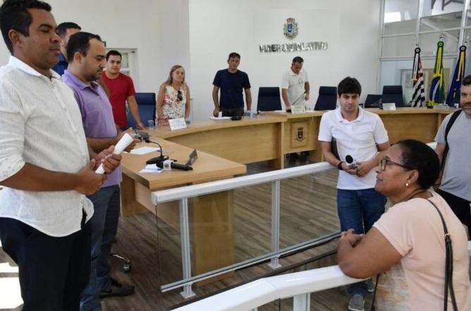 Moradores de Ilhabela recebem auxilio de 1045 reais da prefeitura para ajudar no período de pandemia.
